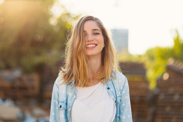 Menina Linda Com Um Lindo Sorriso E Raios Solares Refletido Em Seu Rosto Feliz 158595 1335.jpg - HT Contábil Inteligência Digital